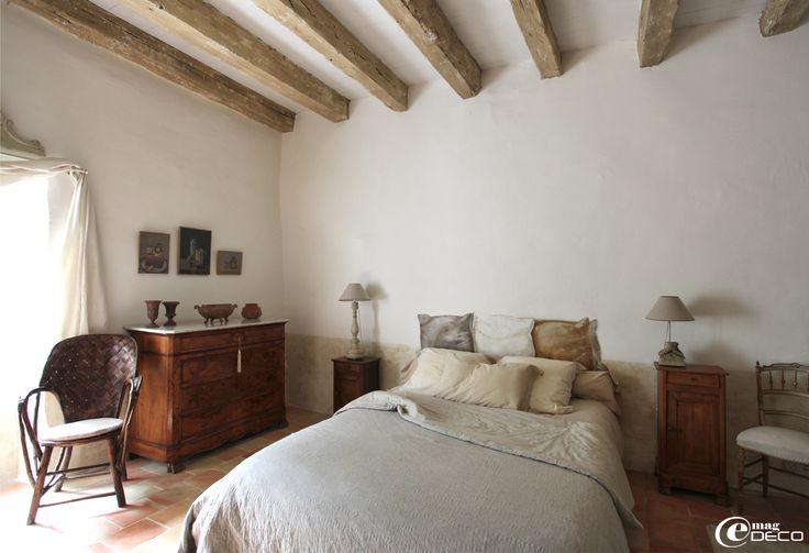 Badigeon à la chaux, poutres blanchies, dans une des chambres de la maison d'hôtes Le Relais de Roquefereau