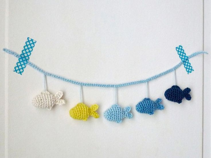 Kostenlose Anleitung: Kinderwagen-Mobilé mit Fischen / free diy crochet tutorial: how to make a buggy chain with fish häkeln via DaWanda.com