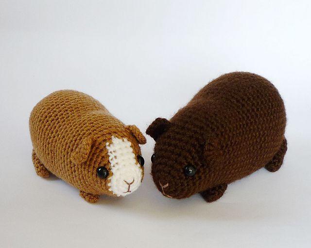 Guinea pigs are adorably well-rounded creatures, but still with some shaping to their chubby little bodies (unless they grow really fat). Looking somewhat peanut-like when sitting contently, I tried to capture that gentle curve in this pattern.