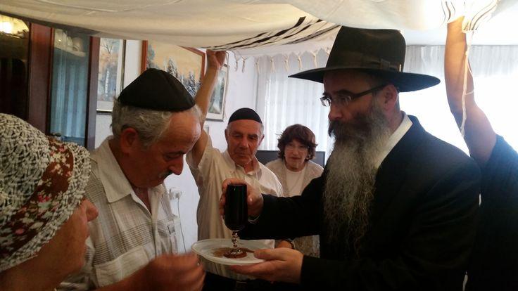 Рав Шауль Давид Бурштейн, главный раввин русскоязычных евреев в г. Хайфе и Крайот, директор Центра Хабад Хайфа, провел церемонию еврейского бракосочетания (хупу) в доме жениха и невесты. #хабад #хайфа #израиль #свадьба #хупа 