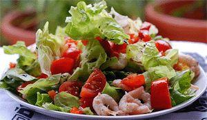 Салат с авокадо и креветками с оливковым маслом