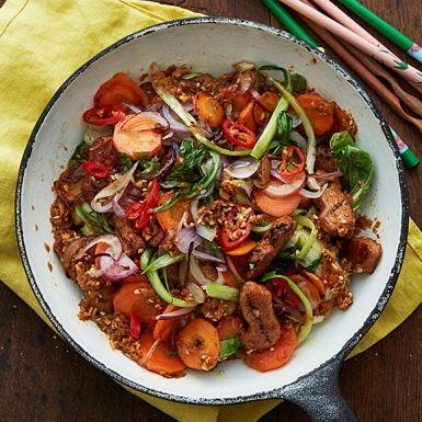 Wok är den perfekta snabbmaten – och resträtten! Skrumpna grönsaker slipper gå till spillo, och det mesta funkar tillsammans. Så se grönsakerna i det här receptet mer som en riktlinje. Förvandla woken till fried rice med överblivet ris och några ägg.
