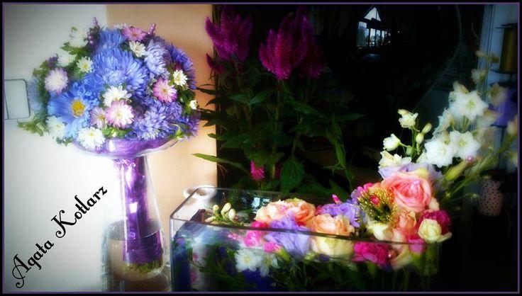 """Bukiet z """"Michałków"""" i kompozycja wodna w szkle z żywych kwiatów."""