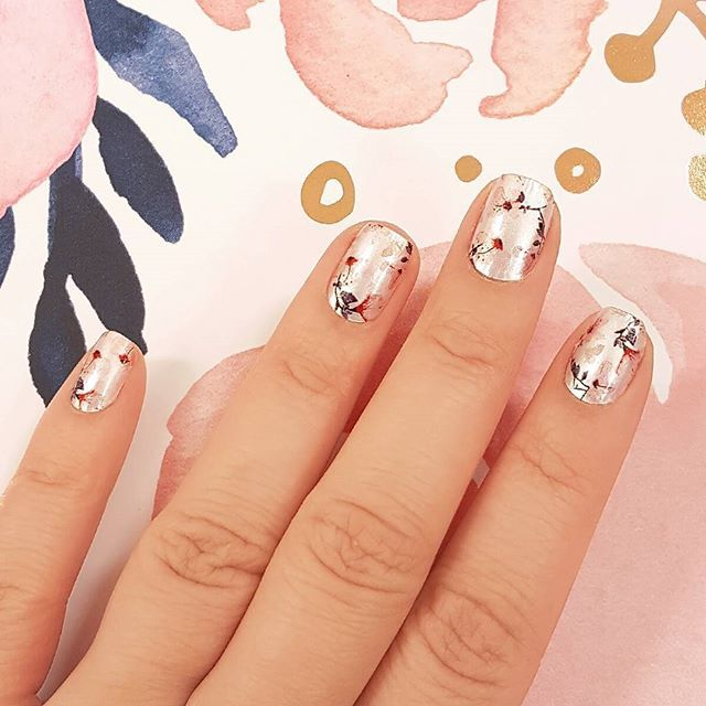 """Dainty, delicate blooms: add sweet floral nail art to your fingertips with """"New Leaf!"""" 💐 #incoco #nailart #floralnails #pinknail"""