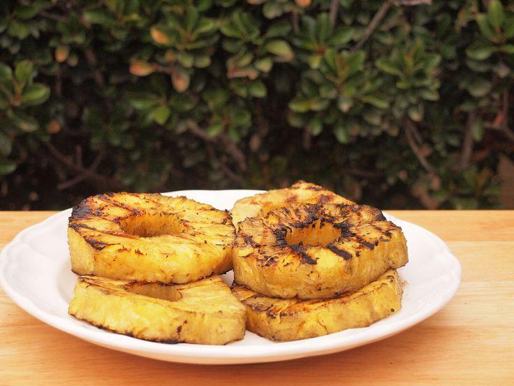 O abacaxi grelhado é uma excelente maneira de encerrar uma refeição pesada durante um churrasco. Combina perfeitamente com patinho, costeletas de porco e frango. Também vai bem com espetinhos de carne, juntamente com vegetais. Veja como faz...