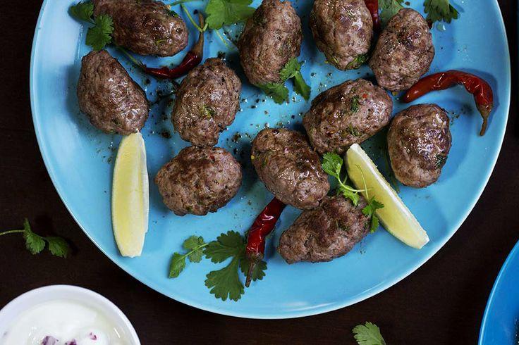 Kefta - moroccan meatballs recipe in english at the bottom of this page. Kefta er en marokkansk kjøttbolle som kan lages av karbonadedeig eller kvernet lammekjøtt. I Marokko er den en institusjon som kjøttkakene er i Norge. Den selges ofte på gaten direkte fra grillen. Mange marokkanske slaktere selger kefta ferdig krydret med sin egen ...