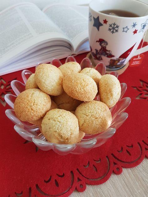 Aceste fursecuri sunt delicioase, aroma cocosului fiind foarte iubită de cei mici, care se furișează și servesc pe săturate. Deobicei dublez ingredientele pentru a le servi si a 2 zi . Ingrediente …
