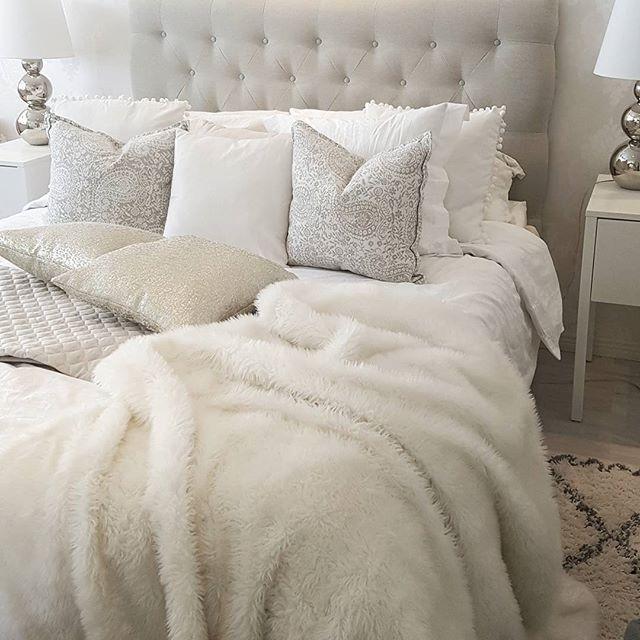 Good morning, it's friday! 💕 Mulla on alkanut kotona kevätsiivous😘 Laitan tänään paljon sisustusjuttuja myyntiin fb kirppikselle. On vapauttavaa päästä eroon ylimääräisestä tavarasta ja samalla saa kivasti taskurahaa. Suosittelen kyllä kaikille kaappien siivousta ja järjestämistä kevään tullen 🤗 #bedroom #friday #kevätsiivous #makuuhuone