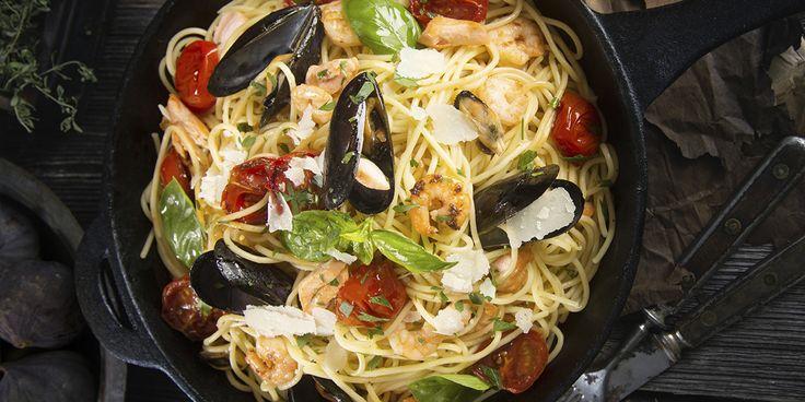Denne pastaretten med blåskjell og reker kombinerer det beste fra det italienske kjøkken; gode råvarer, rene smaker og en enkel tilberedning. Buonissimo!