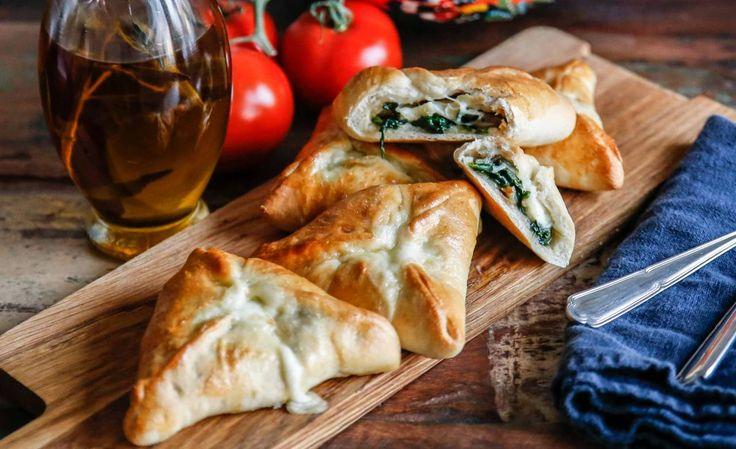Vegetariska piroger fyllda med spenat och mozzarella. Precis hur gott som helst och passar perfekt till en köttfri måndag!
