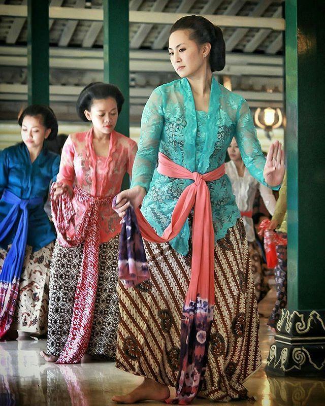 "@aonekoe - ""Kartini dari negeri seberang""  Jee Hyuun Park(bu Jeany Park). Ibu yang berasal dari negara Korea yang lahir di negara Amerika ikut melestarikan budaya Jawa dengan mengikuti ""gladhen beksan"" di @kratonjogja_ ""SELAMAT HARI KARTINI 2016"" untuk para wanita hebat yang ada di negeri ini  #tari #tarijawaklasik #jogjaclassicaldance #javadance #harikartini #yogyakarta #gladhenbeksan #culture #batik #bangsalkasatriyan #budayaindonesia #tradisional #srawungtari"