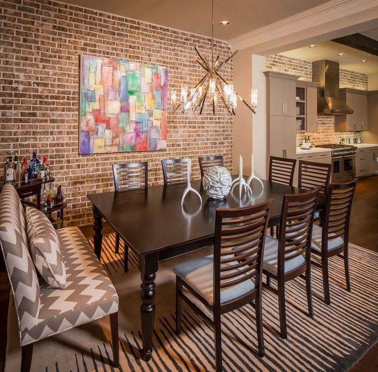 Étkező és konyha látszó téglafallal, barna, szürke és krém árnyalatokkal