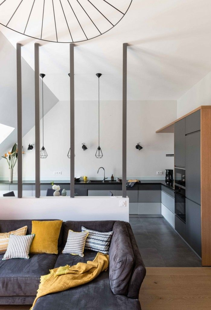 Une séparation légère entre la cuisine et le salon : des tiges pivotantes en bois et laque. www.mursetmerveilles