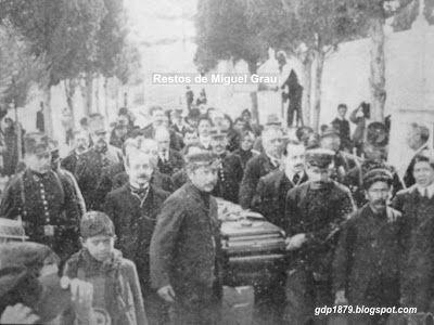 Traslado del Armirante Miguel Grau a la cripta de los Héroes. Algunos de sus hijos portan el ferétro.
