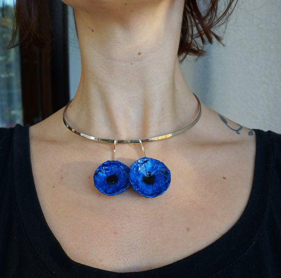 Collana con fiori blu, elegante e femminile, girocollo rigido argento, fatto a mano, rose, idee regalo per lei , SPEDIZIONE GRATIS