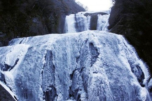 Fukuroda Falls are located in Ibaraki Prefecture in the town of Daigo, district Fukuroda. The Taki River has its source spring just above the falls. The river flows through the falls and ultimately joins a major Kuji river.袋田の滝