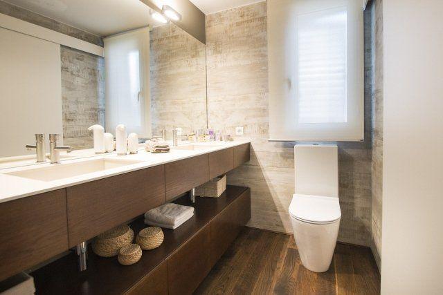 un meuble vasque en bois et deux vasques intégrées dans la salle de bains élégante