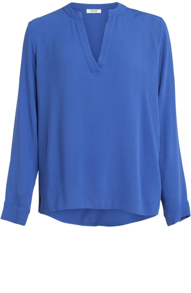 Blouse van het merk Anna in de kleur Cobalt. De blouse heeft lange mouwen en een v-hals. De achterzijde valt langer dan de voorzijde.
