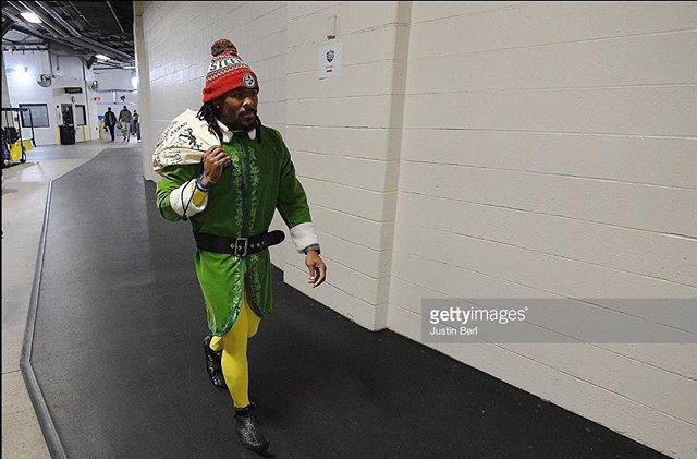 PITTSBURGH, PA - DECEMBER 25: DeAngelo Williams #34 of the Pittsburgh Steelers arrives to Heinz Field as an Elf before the game between the Pittsburgh Steelers and the Baltimore Ravens on December 25, 2016 in Pittsburgh, Pennsylvania. (Photo by Justin Berl/Getty Images) #christmasatheinzfield #deangelowilliams #buddytheelf #pittsburghsteelers #steelers #afcnorthchamps @deangelowilliams