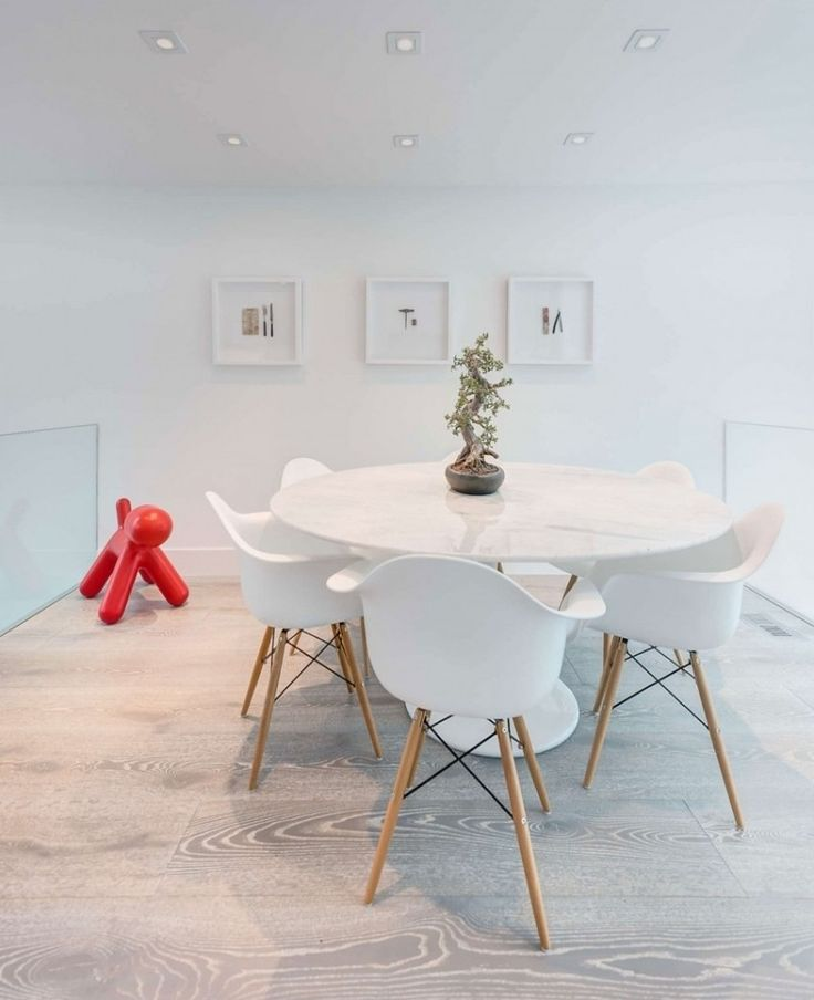 Tisch von Eero Saarinen, Plastik Chairs von Eames und Magis Plastic Puppy