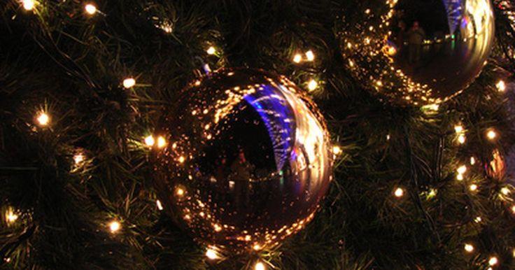 Ideas para decorar un árbol de Navidad negro. Un árbol de Navidad negro es una alternativa de moda para el tradicional árbol artificial verde. Considerado por algunos como una opción exclusiva y personalizada, el negro permite crear una apariencia dramática que rebosa de estilo. Aunque no es tan elegido por las familias como muchos otros estilos de árboles, es una pieza que puede añadir ...