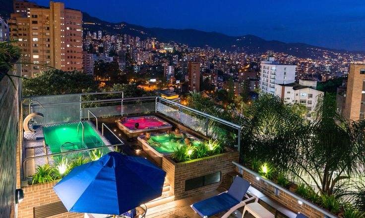 Wellness Country Club Medellin en la noche