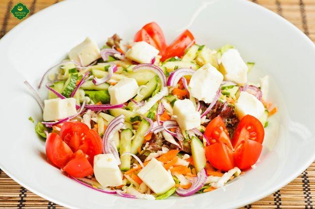Salată cu alune şi taleggio, alunele fiind alimente esenţiale pentru imunitate.