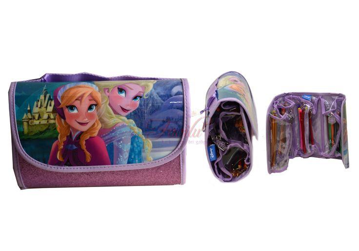 Disney Frozen astuccio borsetta con chiusura a strappo, al suo interno si trovano 4 contenitori con chiusura a zip pieni di colori. Contene: 18 matite colorate Fila + 18 pennarelli Giotto