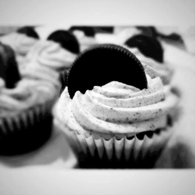 Cupcake de oreo. Bizcocho de chocolate  con frosting de crema de queso, galletas oreo molidas y galletas enteras para la decoración!