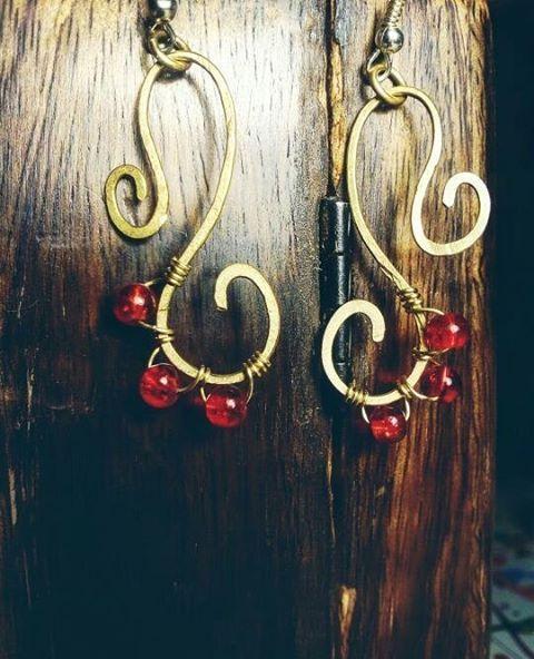 Orecchini in rame e perline in vetro; Per sapere il prezzo visitate la pagina facebook, https://www.facebook.com/creazionirame/ #rame#orecchini #wire#perline#bijou#gioielli#artigianato#handmade#ottone#bijoux#earring