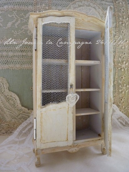 kast   (....cr...this a shabby chic miniature....isn't it cute)