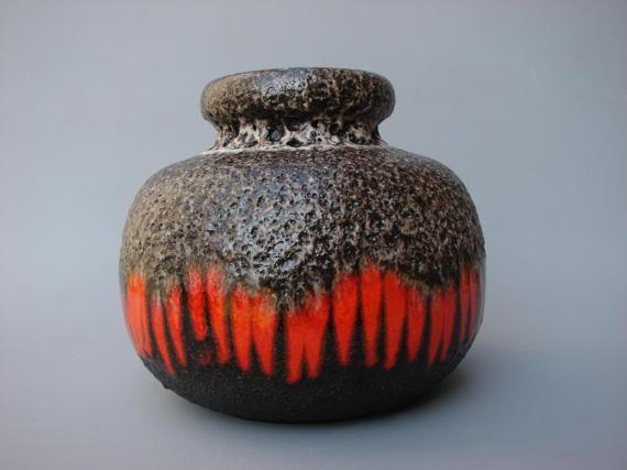 Schöne 70er Jahre Scheurich fat Lava Vase. In einer schwarz/grau Fat Lava Glasur mit glänzend roten Streifen. Höhe: 16 cm. / 6,3 Zoll Durchmesser: 17 cm. / 6,7 Zoll. Die Vase ist in einem hervorragenden Zustand. Keine Chips, keine Risse. Die Firma Scheurich wurde befindet sich in Kleinheubach und 1954. Alle Elemente werden sicher verpackt und Box für shipping(worldwide). Kombinierter Versand ist möglich und reduziert die Versandkosten pro Artikel. Lesen Sie für weitere In...
