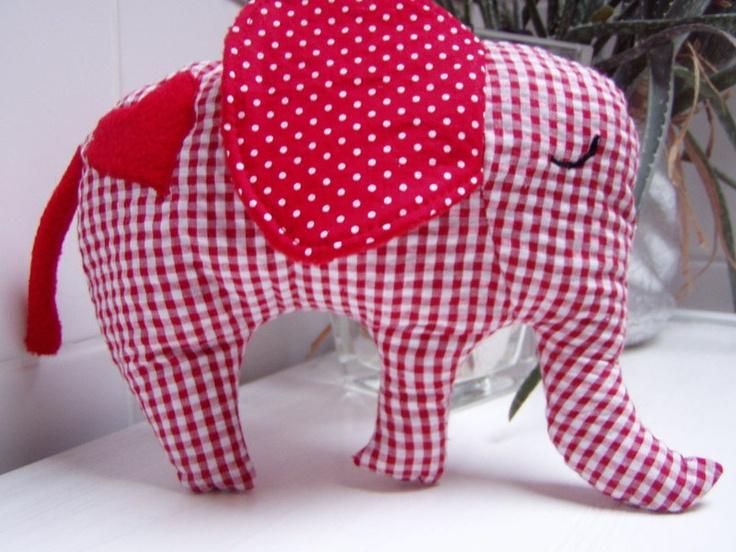 Brauchst Du noch ein kleines Geschenk oder Mitbringsel für ein süßes Baby oder Kleinkind?  Dieser niedliche Elefant aus Baumwollstoff und Fleece su...