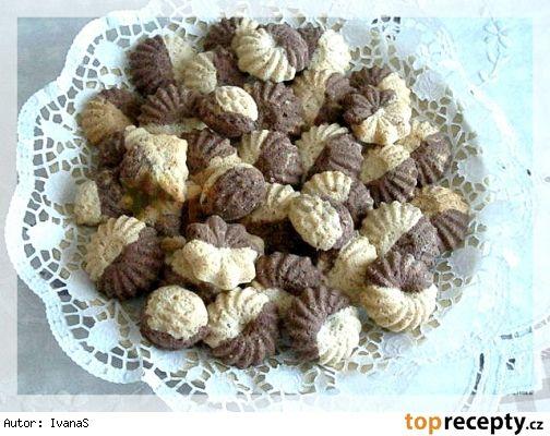 Dvoubarevné pracny podle Kluků v akci Těsto: 200 g hladké mouky 200 g moučkového cukru 150 g stoprocentního tuku 50 g mletých ořechů 1 lžíce kakaa