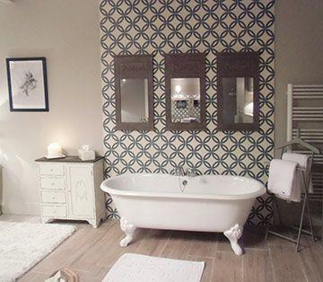 Vue du carrelage parquet et carrelage carreau ciment en détail avec la baignoire de la salle de bain des parents.