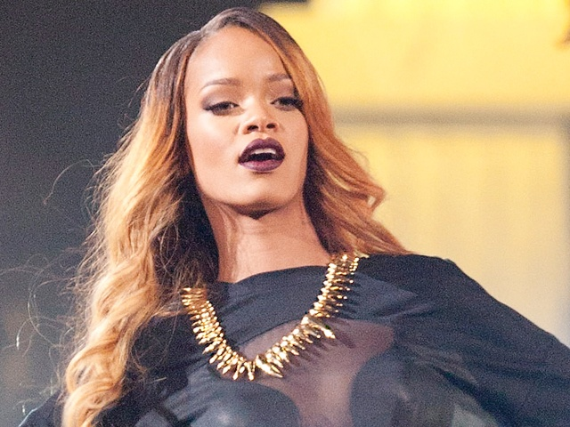 Video: Rihanna Hits Fan On Head With Microphone « Chicago's B96 – 96.3 FM