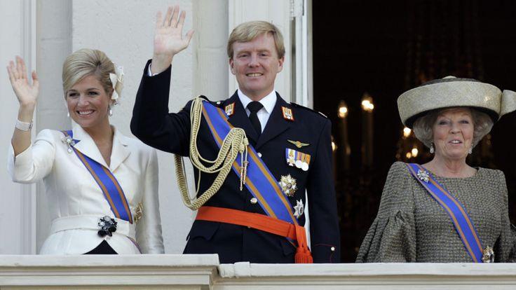 De kleren van de koning: uniform of kostuum? | NOS. 2006.