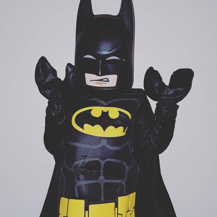"""Lundi il m'a dit """"on fait carnaval à l'école vendredi et j'ai plus de déguisement à ma taille"""" Mardi on a regardé les déguisements  Et je lui ai dit """"je vais voir mon coeur c'est un peu cher..."""" Je voulais lui faire la surprise ce soir je pense que c'était réussi  On a donc Batman lego à la maison  #deguisement #carnaval #carnavaldelecole #lego #legobatmanmovie #legobatman"""