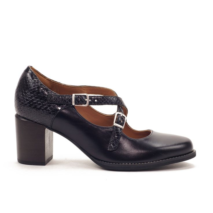 Elegante zapato tipo mercedes, combinado de piel lisa con piel acabado pitón. Planta acolchada con sistema Cushion Plus, muy suave. Tacón ancho con muy buena estabilidad, ajuste con hebillas i elásticos.