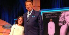Silvio Santos posa com a neta, Amanda, no palco de seu programa