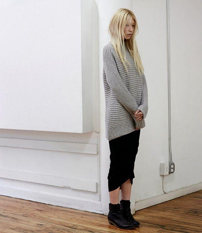 길이가 긴 니트에 종아리반정도 보이는 스커트 입으면 이쁘겠지?넌 발목에서 종아리선이 이쁘니까!