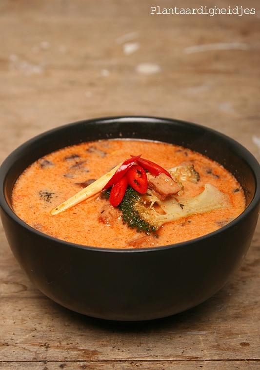 Thaïse kokossoep (Thaise rode curry pasta, tofustukjes, broccoli, portobellos, rode peper, tuinerwten (diepvries), citroengras, kokosmelk)