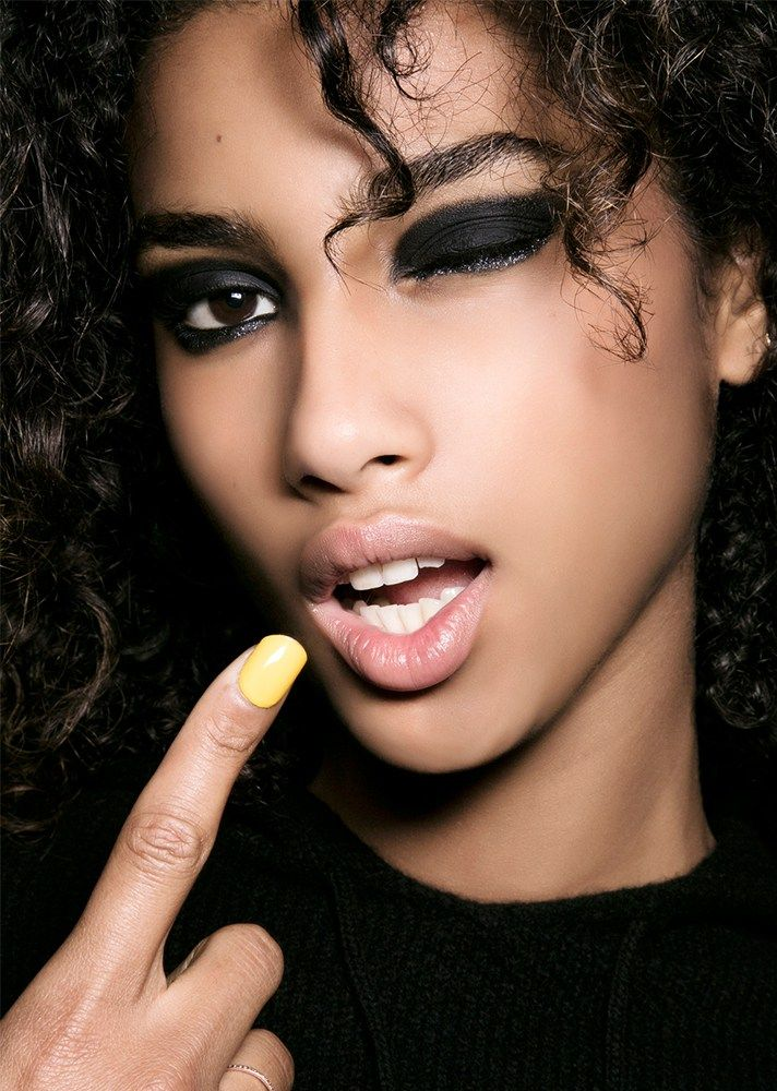 101 Party Makeup Ideas to Try This Holiday Season - graphic black eyeshadow and natural lips | Beauty Looks | Night out makeup
