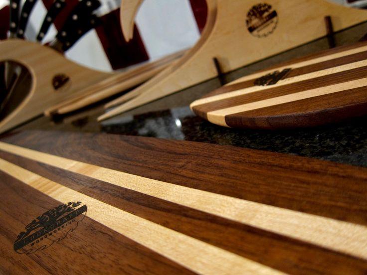 Dit messenblok heeft een zeer originele vormgeving. Door de bijpassende snijplankjes en serveerplankje, in de vorm van surfplankjes, is het één geheel dat een mooi plekje in de keuken verdiend. Alles is gemaakt van esdoorn- en walnoothout en de vooraanzijde van de snijplankhouder is gemaakt van birdseye maple (esdoorn gemoesteerd). In de ontwerpfase van dit messenblok is rekening gehouden met de grootte van de messen: de sleuven zijn op maakt gemaakt voor elk lemmet.