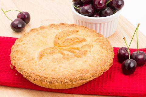 Makkelijk recept om zelf kersentaart te bakken, zodat je in het begin van de zomer goedkoop een zeer lekkere taart kan bakken.