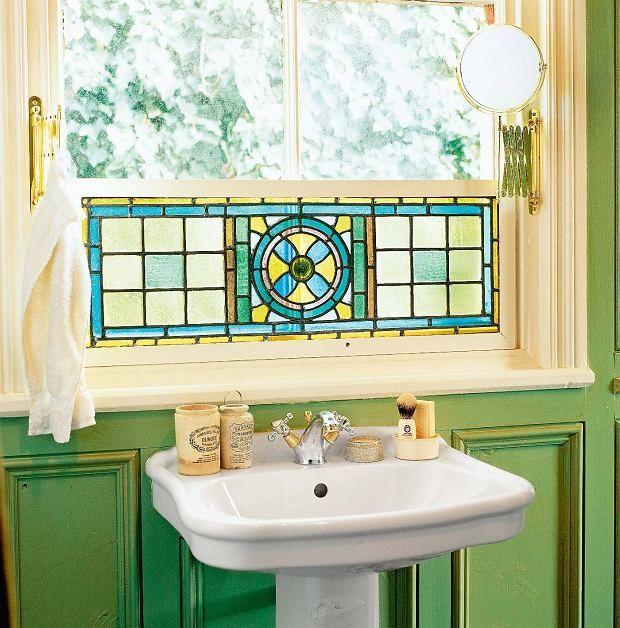 Nawet mały witraż sprawi, że i okno, i wnętrze nabiorą barw