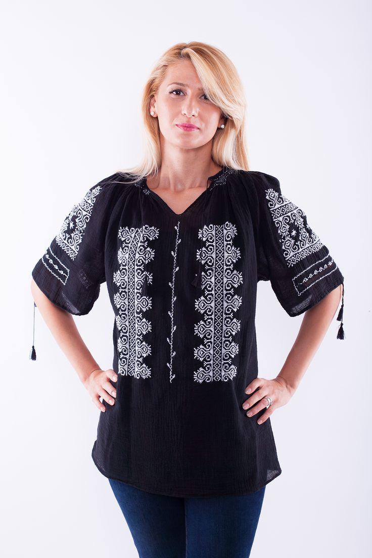 Ie românească cu mânecă scurtă, brodată manual pe panză topită neagră ( pânză subțire din bumbac 100%) cu fir alb.