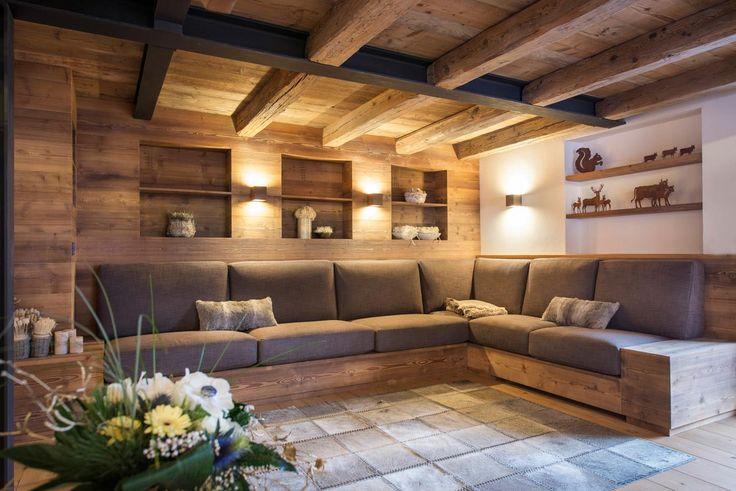 Le nicchie ricavate nella parete di fondo del soggiorno con illuminazione a led particolarmente scenografica – applique a parete con doppio fascio luminoso – danno un tocco più sofisticato all'ambiente, potenziandone nel contempo la funzionalità.