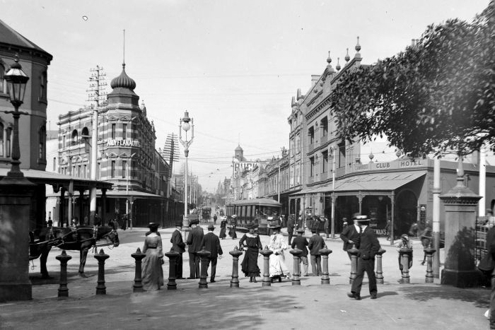 Shoppers on streets of Sydney, 1909