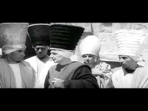 El Evangelio según Mateo es una película de 1963 del director italiano Pier Paolo Pasolini. Argumento Un ángel acaba de anunciar a José, que su mujer María, ...